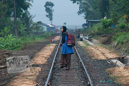 wanita berjalan rel kereta mati rawa pening