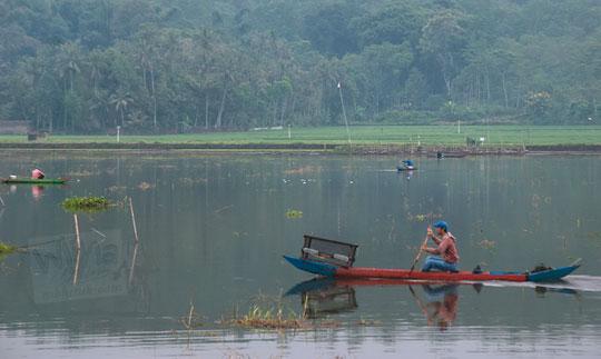 perahu nelayan rawa pening ambarawa