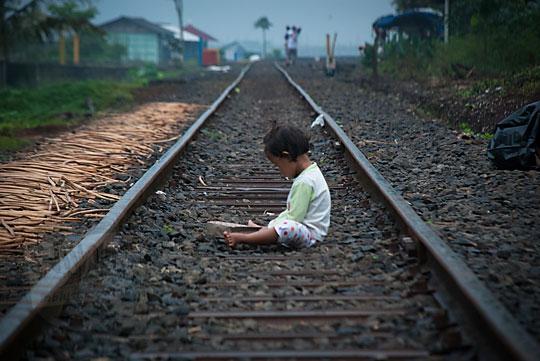 balita duduk tengah rel kereta rawa pening