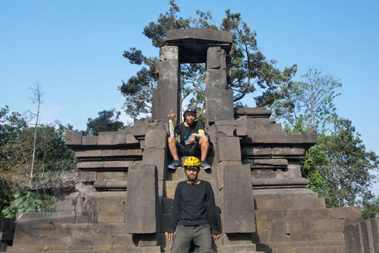 dua pria berfoto bersama di tangga pintu masuk candi lawang cepogo boyolali