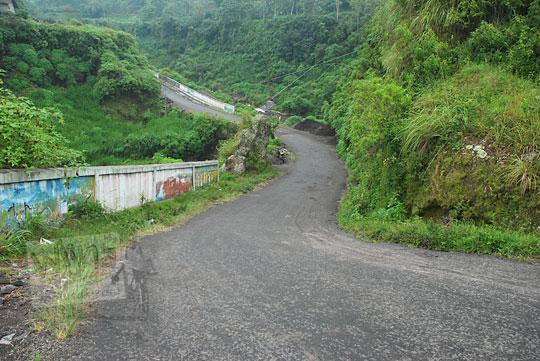 jalan turunan menuju situs purbakala candi-candi di kecamatan cepogo boyolali