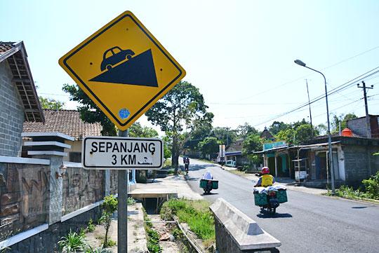 rambu tanjakan arah ke pasar cepogo di jalan raya boyolali selo