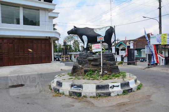 patung sapi di dekat bundaran pasar drajidan boyolali
