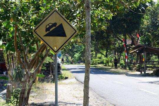 rambu peringatan jalan tanjakan di dekat kantor kecamatan musuk