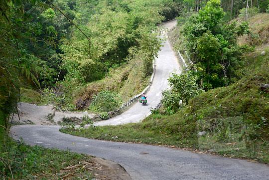 tanjakan terjal menyeberangi sungai di desa jemowo boyolali