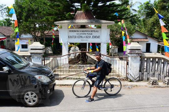 pria bersepeda di depan kantor kecamatan jemowo boyolali