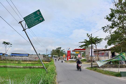 papan arah hijau dishubkominfo yang miring di wilayah perbatasn klaten dan boyolali