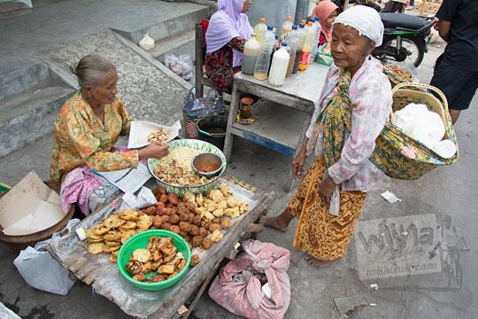 kisah nenek tua penjual jajanan tradisional di pasar kemalang klaten