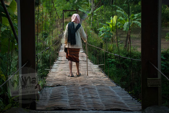 objek human interest di Purworejo Jawa Tengah yaitu orang-orang yang menyeberangi jembatan gantung kalisemo mudalrejo