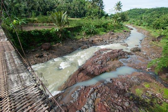 pemandangan sisi selatan jembatan gantung kalisemo mudalrejo di Purworejo Jawa Tengah