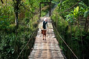 Penyeberang Bernyali Jembatan Gantung Kalisemo-Mudalrejo