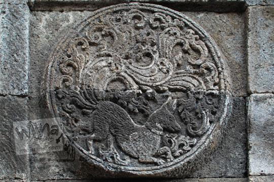medalion relief anjing candi penataran