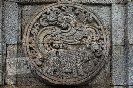 medalion relief badak candi penataran