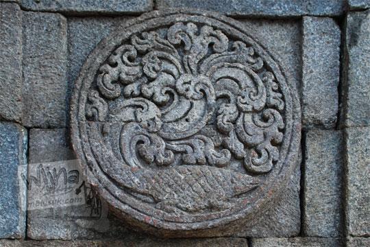 medalion relief buaya candi penataran