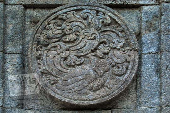 medalion relief burung hantu candi penataran