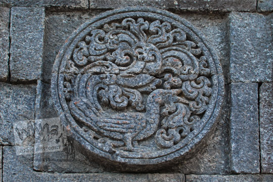 medalion relief burung gagak candi penataran