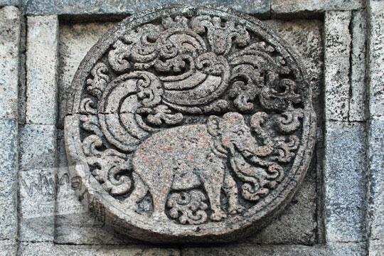 medalion relief gajah candi penataran