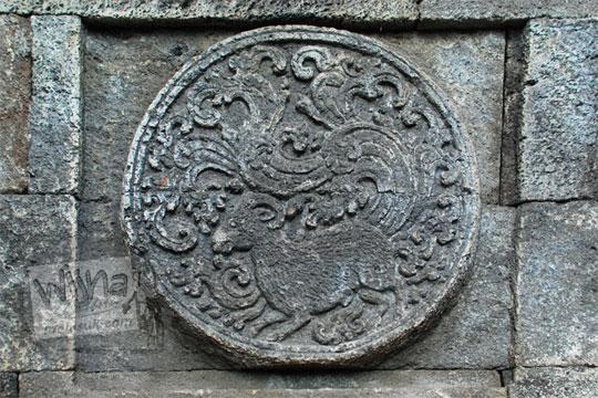 medalion relief kambing candi penataran