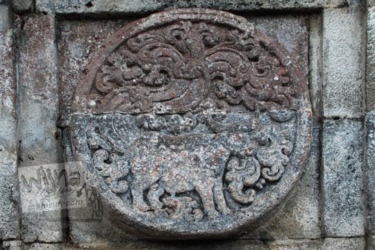 medalion relief kerbau candi penataran