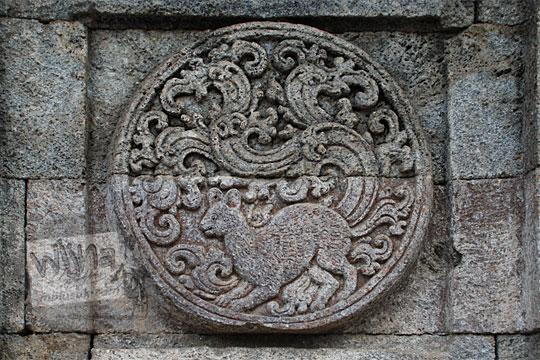 medalion relief kucing candi penataran
