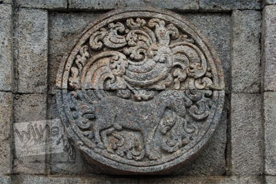 medalion relief kuda candi penataran