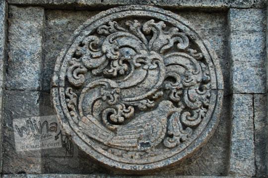 medalion relief burung kutilang candi penataran