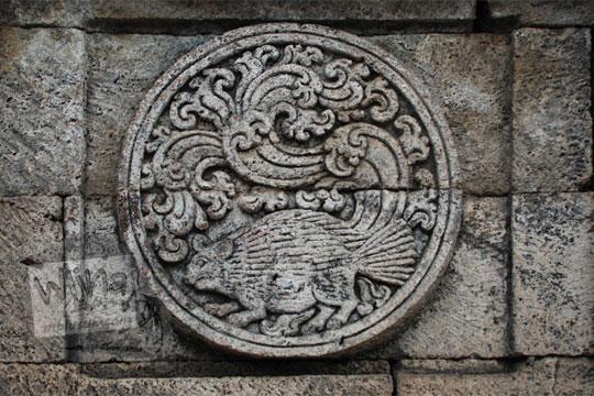 medalion relief landak candi penataran
