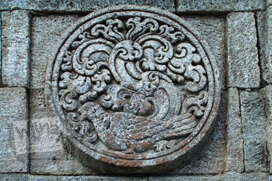 medalion relief merpati candi penataran
