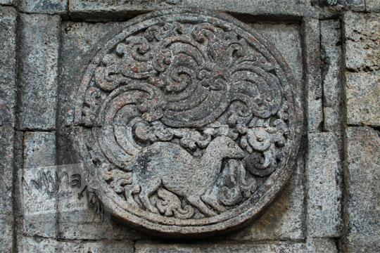 medalion relief musang candi penataran