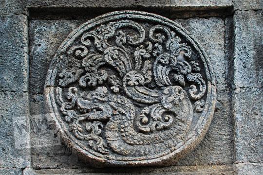 medalion relief naga candi penataran