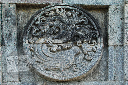 medalion relief burung pipit candi penataran