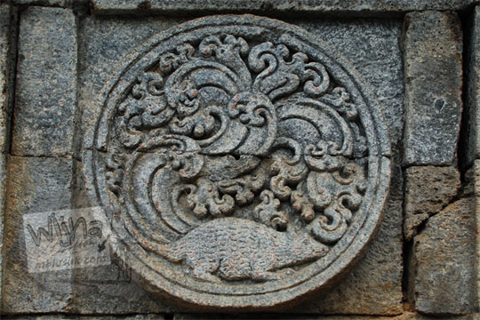 medalion relief tikus candi penataran