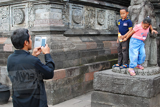 wisatawan berfoto sembarangan candi penataran