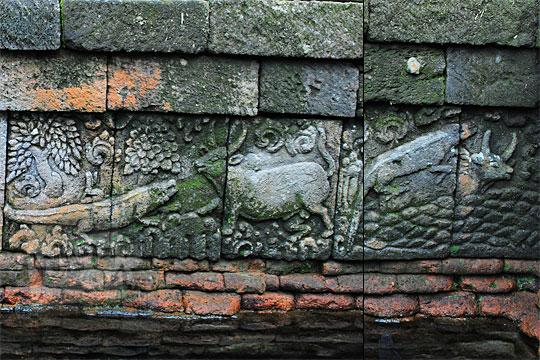 relief buaya menipu kerbau di dinding kolam petirtaan candi penataran