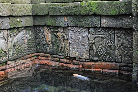 relief orang marah karena rusa membebaskan kura-kura di dinding kolam petirtaan candi penataran