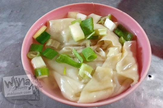 semangkuk kecil pangsit rebus yamie jakarta di jalan brigjen katamso gondomanan kota yogyakarta pada malam hari