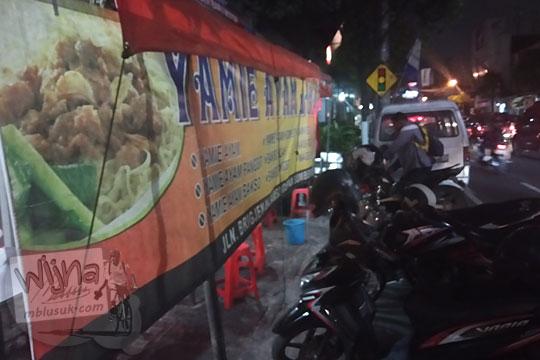 warung tenda yamie ayam jakarta di jalan brigjen katamso gondomanan kota yogyakarta pada malam hari