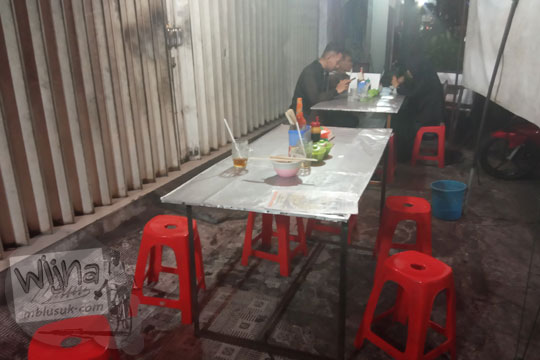 suasana tempat makan yamie ayam jakarta di jalan brigjen katamso gondomanan kota yogyakarta pada malam hari