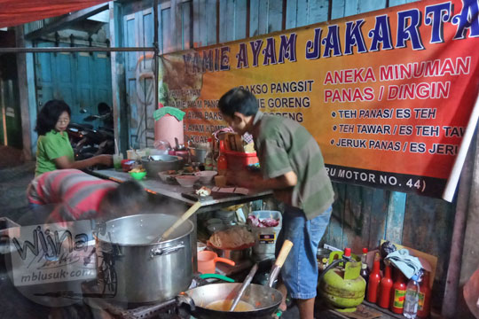 bapak pemilik sedang memasak yamie ayam jakarta di jalan brigjen katamso gondomanan kota yogyakarta pada malam hari