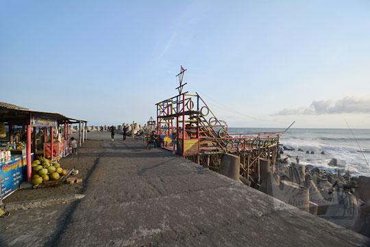 suasana sore menjelang senja di tanggul pemecah ombak pantai glagah kulon progo yogyakarta