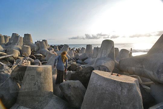 memotret pemandangan senja dari beton tetrapod pemecah ombak pantai glagah kulon progo yogyakarta