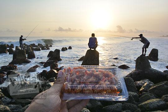 sebungkus plastik yutuk goreng sambil menikmati senja di pantai glagah kulon progo yogyakarta