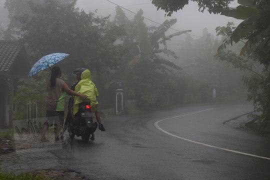 anak sd berangkat sekolah di tengah suasana jalan yang berkabut tebal di dusun plono timur samigaluh kulon progo