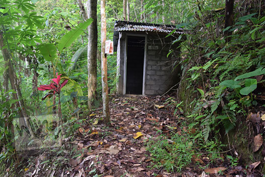 toilet terbengkalai di curug kedung bendo