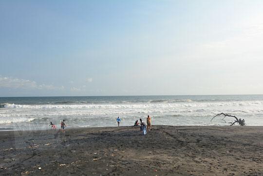 wisatawan bermain pasir di pantai bugel kulon progo