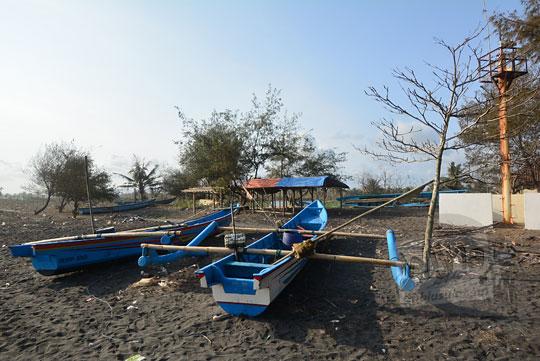 perahu nelayan bersandar di pantai bugel kulon progo