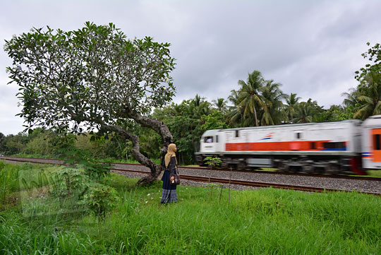 wanita berdiri rel kereta api