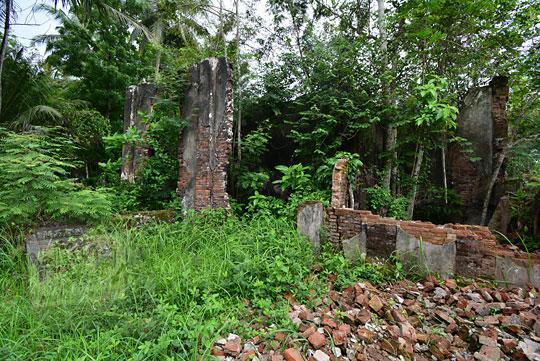 reruntuhan batu bata rumah tua belanda seberang stasiun kedundang