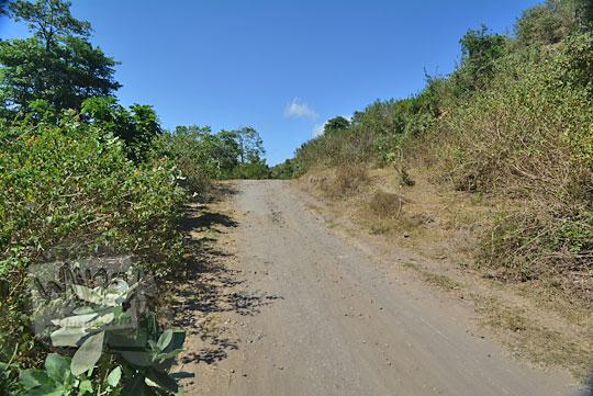 kondisi jalan desa yang rusak di pulau lombok