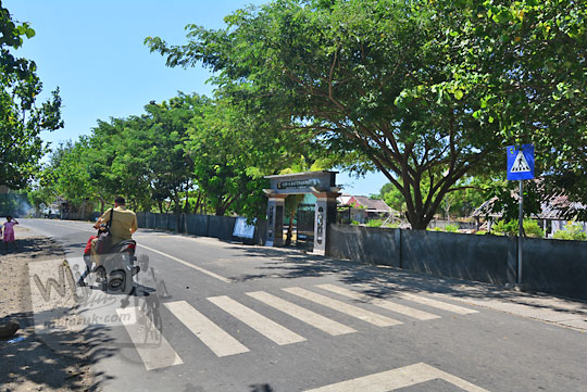 jalan raya di depan sd negeri jerowaru lombok timur